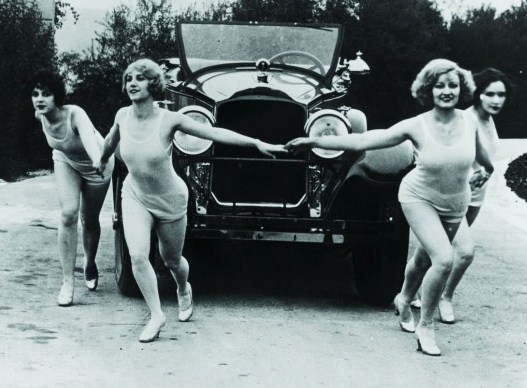 athing beauties dance with a 1927 Packard. (Archive photo: AACA Museum)
