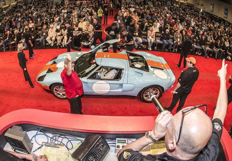 Dana Mecum signals a bid on the top-selling GT | John Hollansworth Jr./Mecum Auctions