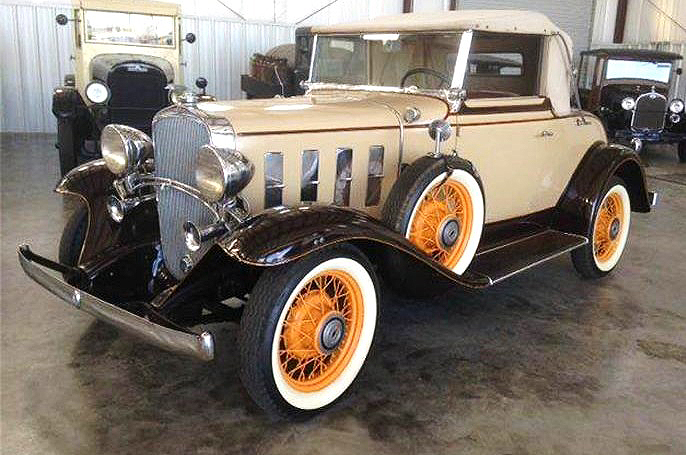 The 1932 Chevrolet Confederate Deluxe cabriolet features a full array of period options