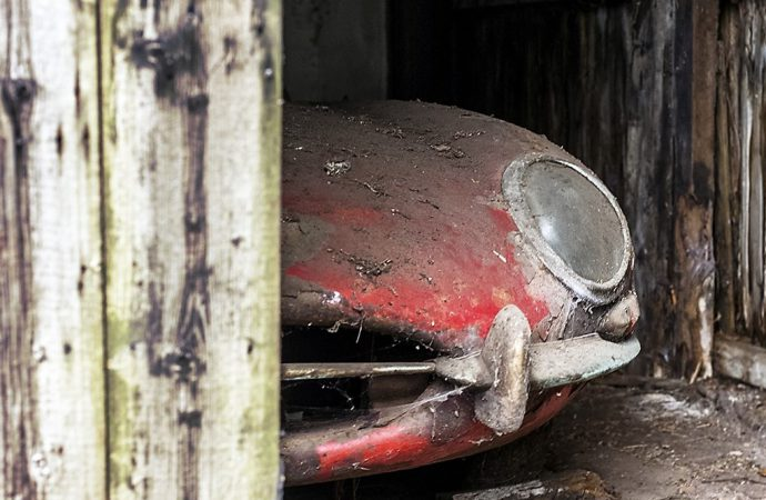 Barn-find recovery of Jaguar E-type recorded in photos