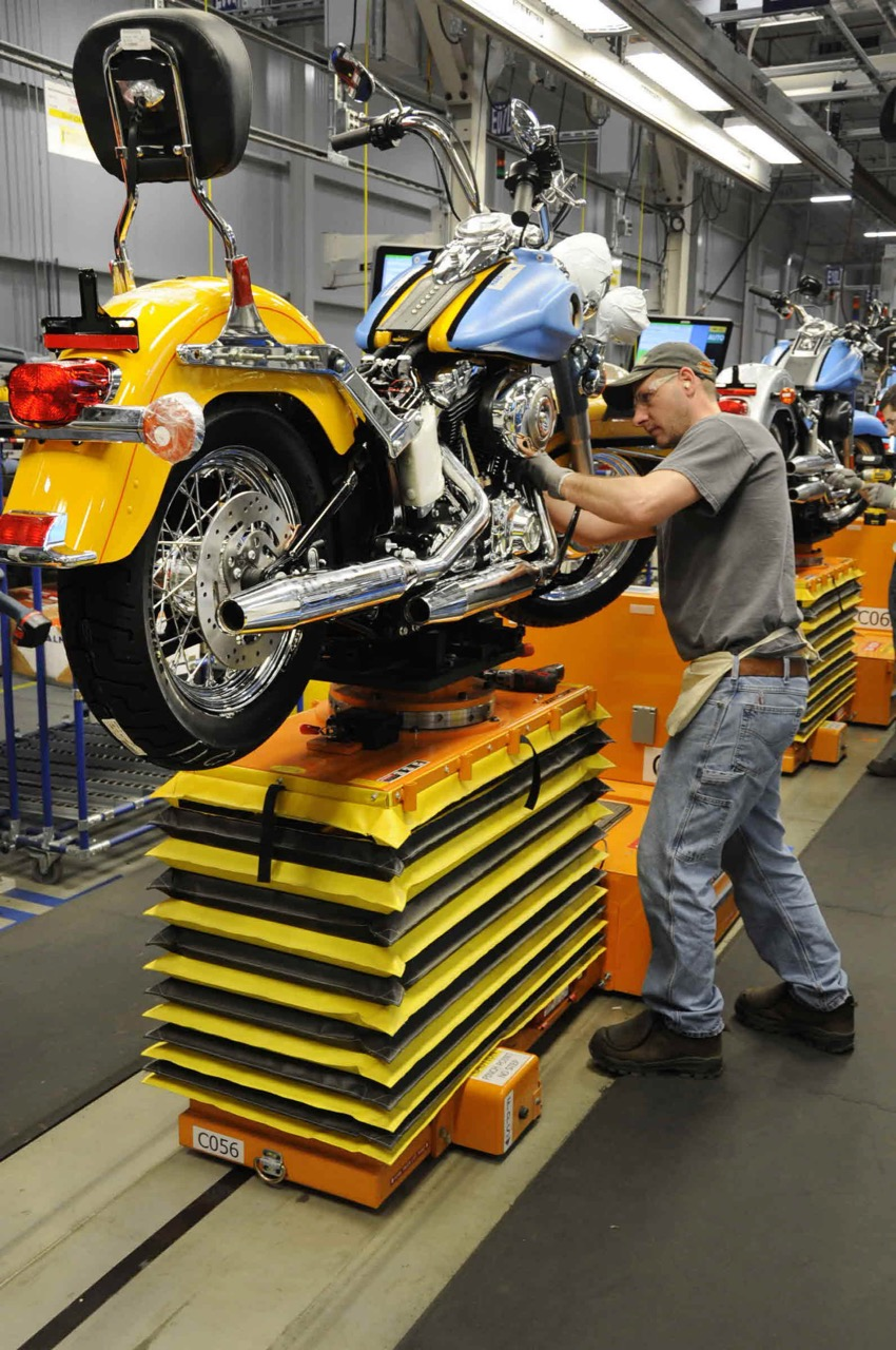 Motorcycle on the assembly line on Harley's York plant | Harley-Davidson photos