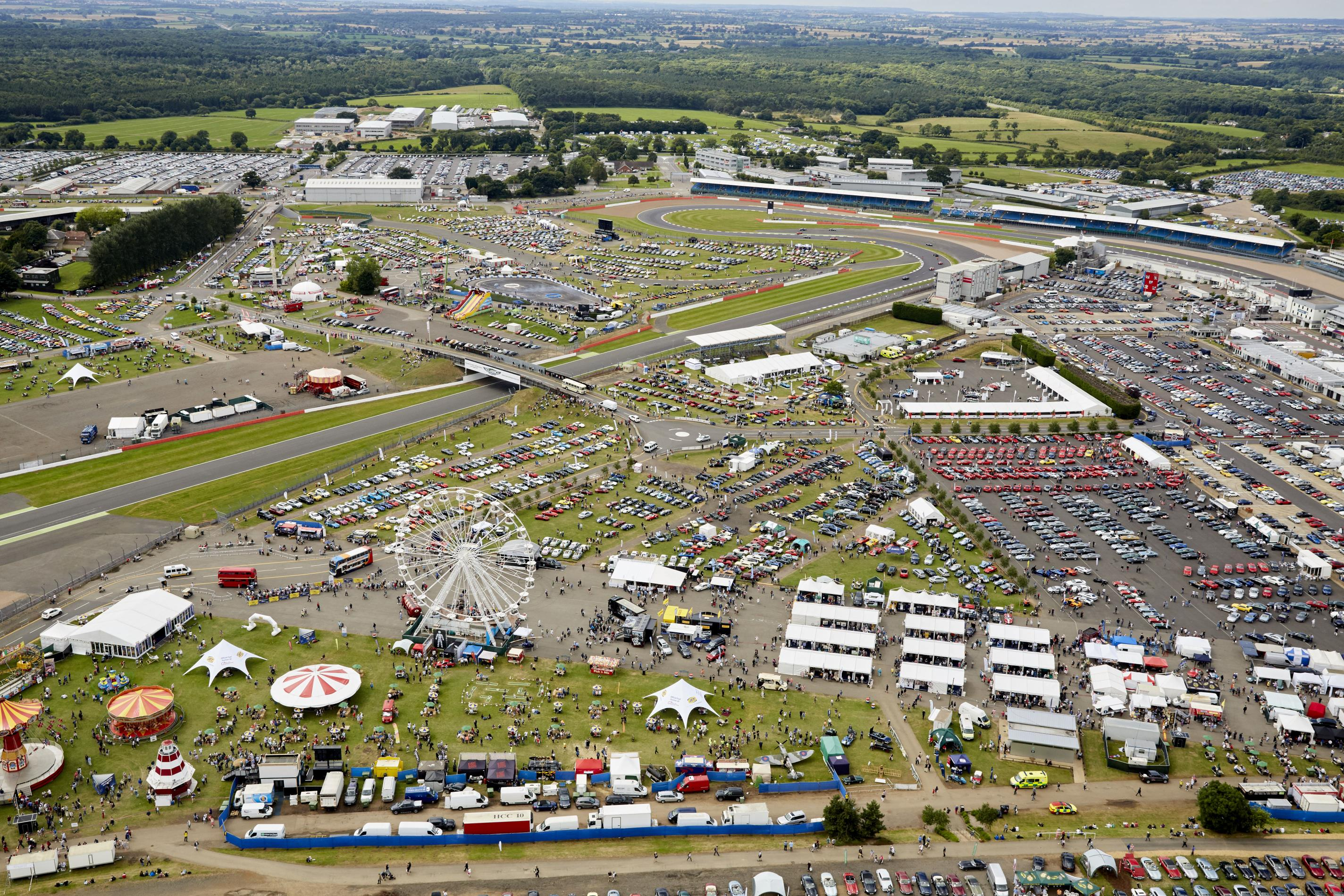 10,000 Classic Cars add to the Silverstone Classic Showcase