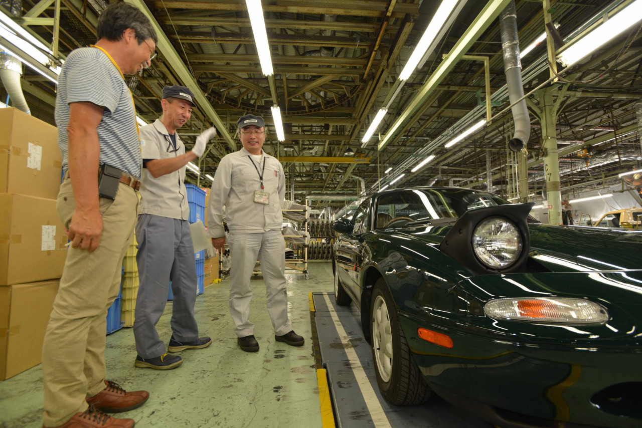 Keiji and Mazda officials look over the Eunos Roadster during a final inspection. | Mazda photo