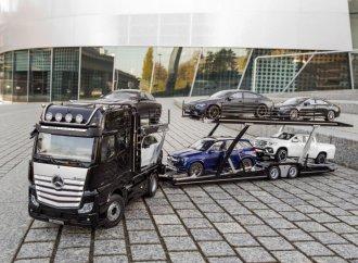Mercedes unveils 1:18-scale model transporter