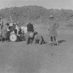 CITROEN_SCARABEE_D'OR_TRAVERSEE_SAHARA_1922_ETAPE_DANS_DESERT_AVEC_LA_MASCOTTE_FLOSSIE