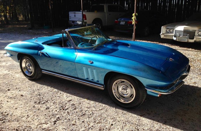 Patriotically blue '65 Corvette convertible