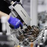 Neuer Mercedes-AMG Vierzylinder-Turbomotor aus hochmoderner Fertigung: Der stärkste Serien-Vierzylinder der Welt, made in AffalterbachNew Mercedes-AMG four-cylinder turbo engine from ultra-modern production: The world's most powerful four-cylinder engin