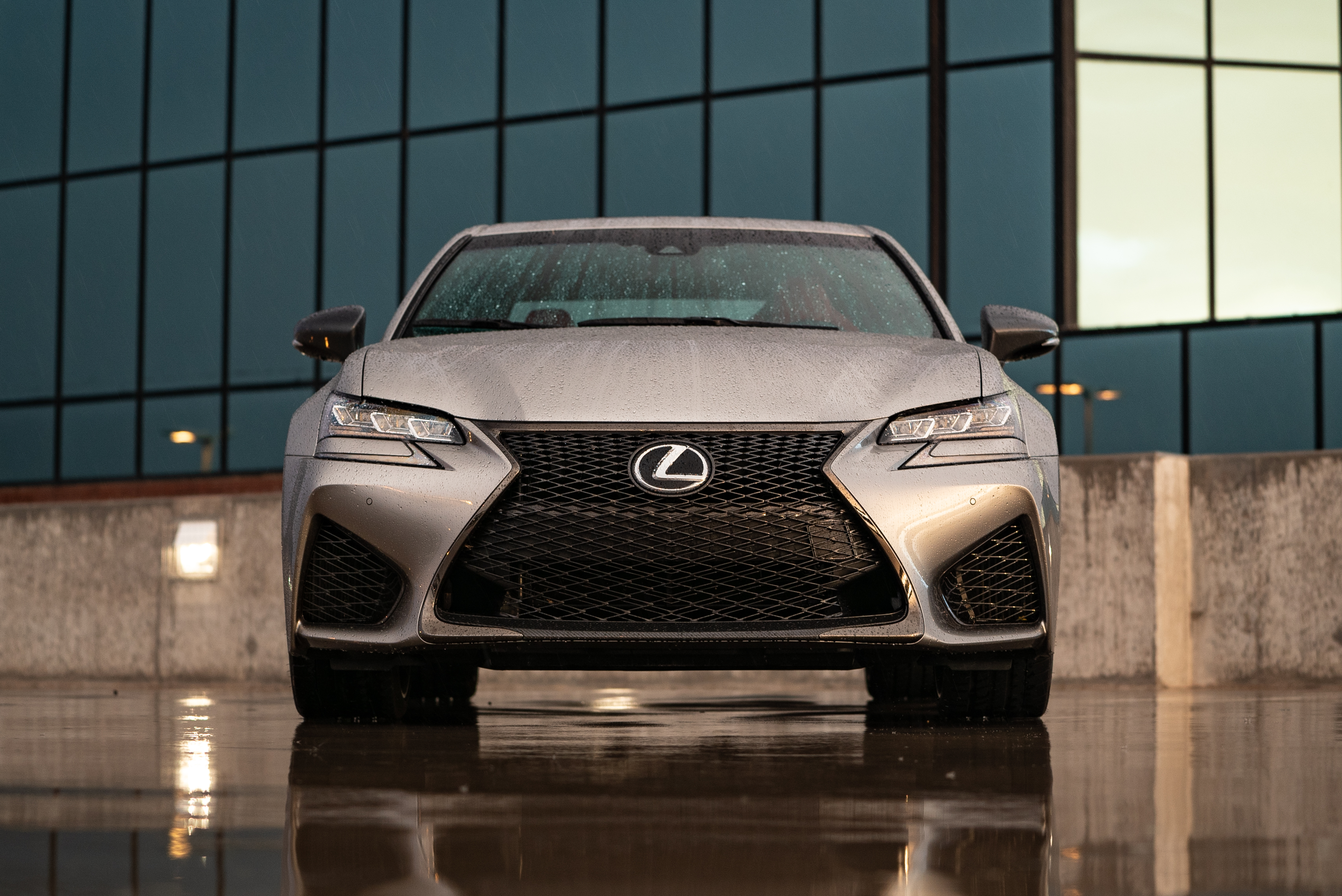 Features signature Lexus Spindle Grille